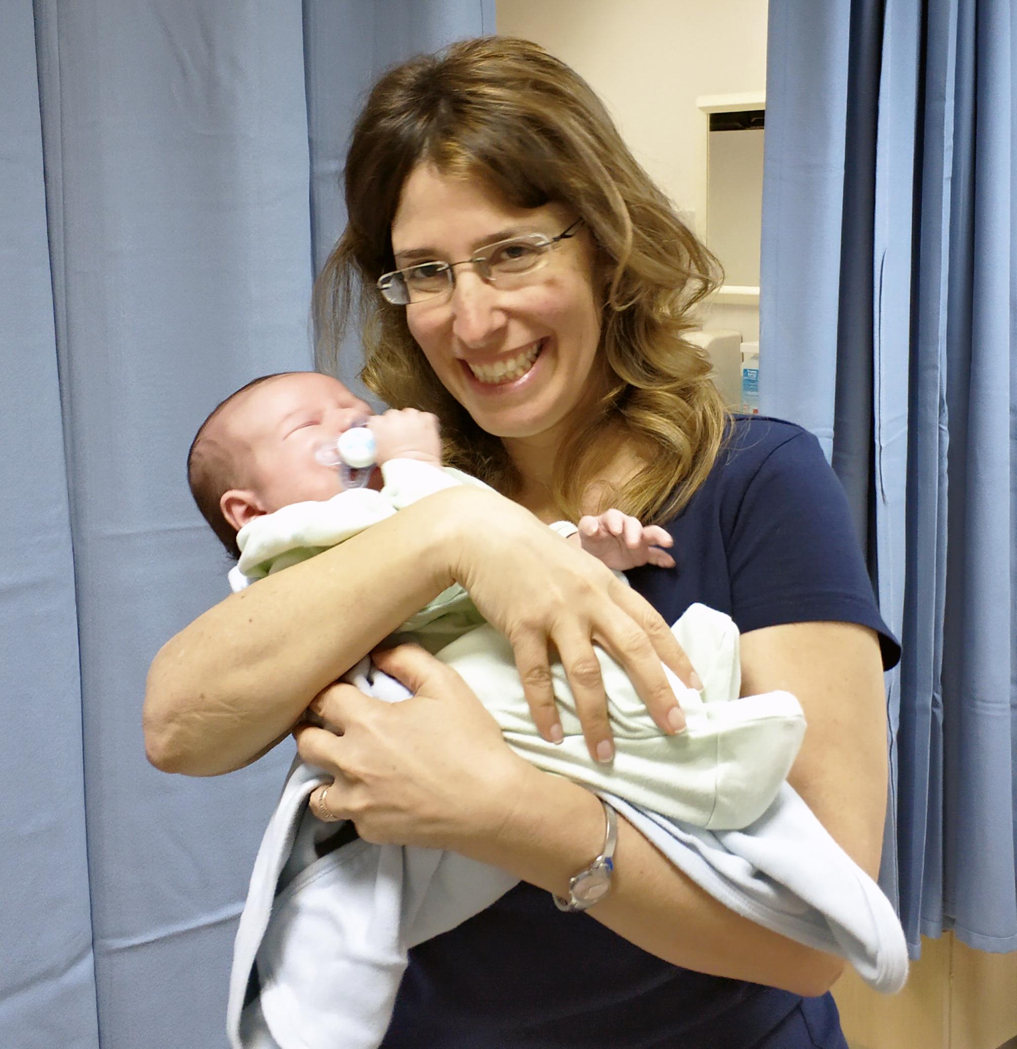 """ד""""ר רונית מכטינגר ותינוק של מטופלת"""